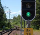 Grön ljus vid järnvägsspår. Foto: Göran Fält/Trafikverket
