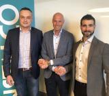 (från vänster) Anders Hellström, Johan Larsson och Jimmy Eriksson skakar hand på Instalcos förvärv av Ovab Optimal Ventilation AB. Foto: Instalco