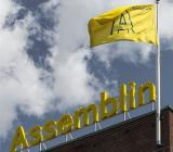 Assemblins flagga och skylt på huvudkontoret i Stockholm. Foto: Assemblin