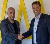 Assemblins Norgechef Torkil Skancke Hansen (tv) välkomnar Stein Arne Sværen till företaget. Foto: Assemblin