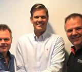 Ola Bengtsson (tv) och Johan Eriksson (th), från säljande Bygg AB Lars Bengtsson & Son, flankerar Oscar Hansons vd Oscar Hanson. Foto: Oscar Hanson