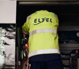 Eltelanställd utför service på IT-anläggning. Foto: Eltel