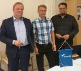 Jyveskylän LVI-Palvelus Aro Kokkonen flankerad av Bravida Finlands landchef Marko Holopainen (tv) och Bravidas regionchef för centrala Finland, Markus Hämäläinen. Foto: Bravida