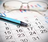 Kalender med penna och glasögon. Foto: Colourbox