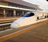 Kinesiskt höghastighetståg för 340 kilometer i timmen vid station. Foto: Colourbox