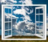 Öppet fönster med oroligt väder i bakgrunden. Foto: Colourbox