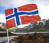 Norsk flagga i naturmiljö. Foto: Colourbox