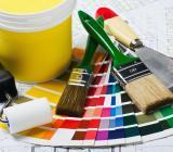 Färg, penslar och färgskalor. Foto: Colourbox
