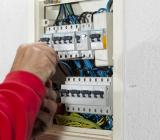 Genrebild elektriker i skåparbete. Foto: Colourbox