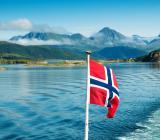 Norsk flagga i sjönaturmiljö. Foto: Colourbox