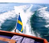 Svenskflaggad motorbåt i Öresund. Foto: Colorbox