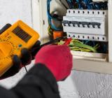 Elektriker utför mätningsarbete. Foto: Colourbox