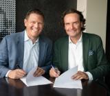 Hemmys Paul Fischbein (tv) och Elons koncernchef Stefan Lebrot skrivre under samarbetsavtalet. Foto: Elon Group