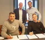 Instalcos Johan Larsson (bakre tv) och Robin Boheman gör klart köpet  av EKTK med säljarna Joakim Ihrfors (th) och Magnus Andersson. Foto: Instalco