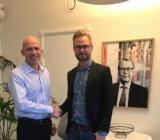 Ernströmgruppens vd Pontus Cornelius (tv) skakar hand med VVS-Klimats Kristofer Fanger om förvärvet av e-handlaren. Foto: Ernström