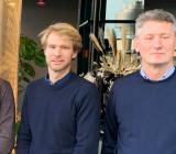 """Lincoms vd Linus Änghede (mitten) flankeras av sin far Mats Andersson (tv), som grundade """"den historiska förlagan"""", och Instalco Östs affärsområdeschef Peter Hjerpe. Foto: Instalco"""
