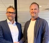 Affärsområdeschefen för Instalco Norge, Roger Aksnes (tv), slutför förvärvet av Medby AS med hittillsvarande ägaren Lars Medby. Foto: Instalco
