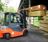 Gaffeltruck lastar brädor på byggvaruhus. OBS bilden är en genrebild. Foto: Byggmaterialhandlarna