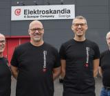 Från vänster, Jan Lidgren Butiksansvarig Elektroskandia, Håkan Lundmark och Andreas Björk båda grundare av Eluttaget samt Michael Burvall Utesäljare Elektroskandia. Foto: Elektroskandia