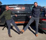 Jon Andersson (tv) säljer sitt företag Jons VVS till Oscar Hanson och Oscar Hanson VVS AB. Foto: Oscar Hansson VVS