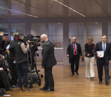 ECB-chefen Mario Draghi (till höger i bild i blå slips) på väg in på presskonferens för det efterlängtade räntebeskedet 3 december 2015. Foto: ECB