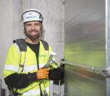 Instalcos och OTK Klimatinstallationers ventilationsmontör Thomas Grigoriadis i arbete vid storprojektet The Brick i södra Stockholm, det projekt där Ericssons tidigare kontor mitt emot konkurrenten Bravidas huvudkontor görs om till bostäder. Foto: Instalco