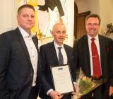 MP Bolagens vd Evert Karlsson tar emot priset som Årets (Rexel)leverantör 2016, flankerad av Rexel Sveriges vd Joakim Forsmark (th) och Rexel Sveriges inköpsdirektör Mikael Bill. Foto: Rexel