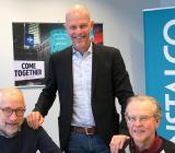 Ägaren av E&S Ventilation, Roger Sjöstrand, till vänster med affärsområdesansvarige för Instalco Syd, Patrik Persson (stående) och BI-Vents vd Tomas Engström. Foto: Instalco
