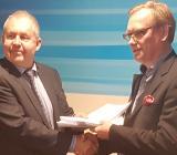 Harju Elekters vd Andres Allikmäe tar handslaget med Sebabs och Gryteks ägare och vd Thomas Andersson om förvärv av bolaget. Foto: Sebab