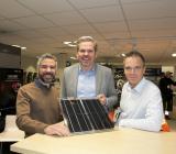 Elektroskandias Håkan Svärd (mitten) och Henrik Stjernstad (th) med Solvios grundare Mohamed Ezzo. Foto: Fredrik Eriksson