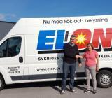 Bil från Elon-medlemmen Elektrokyl i Norrköping med Magnus Wicksell från Elektrokyl och Anna Fredriksson från Lundbergs. Foto: Elon
