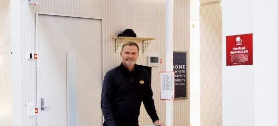 Försäljningschefen för retail vid ABB Electrification Products, Ralf Späth, vid den nya studion hos Bauhaus Stora Bernstorp i Malmö. Foto: Charlotte Carlberg Bärg