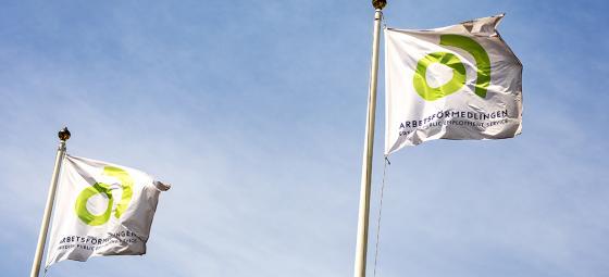 Arbetsförmedlingens flaggor. Foto: Peter Kroon