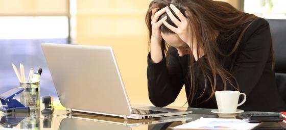 Desperat affärskvinna med datorkalkyler. (Bilden är arrangerad) Foto: Colourbox