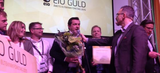 Lindsténs Elektriskas Johnny Petré tar emot EIO Guld-priset vid Elfack 2015. Foto: Rolf Gabrielson