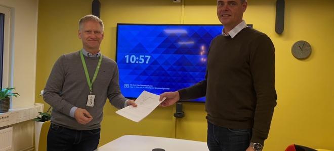 Installatörsföretagens förhandlingschef Henrik Junzell (tv) och Svenska Elektrikerförbundets förhandlingschef Mikael Pettersson. Foto: Installatörsföretagen.