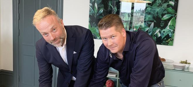 Affärsområdeschefen för Instalco Väst, Klas Larsson (tv) och Tingstad Rörinstallations grundare och vd, Mikael Fasnacht, skriver på förvärvsavtalet där Tingstad blir ett dotterbolag till Instalco. Foto: Instalco