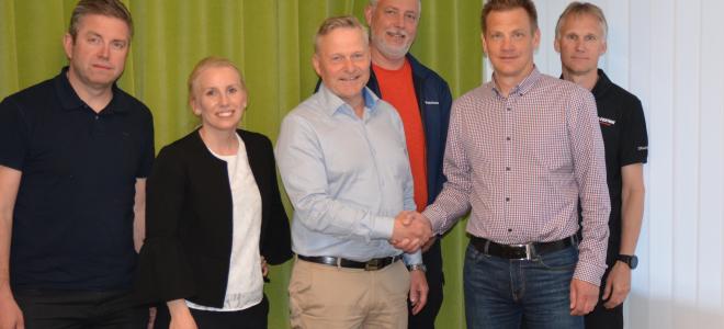 Magnus Ohlsson, regionchef på Bravida och Hans Engvall, vd för El-teknik i Gävle AB skakar hand. Foto: Bravida