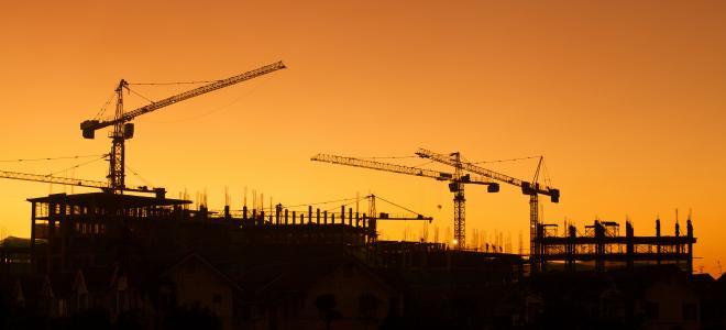 Byggarbetsplats i solnedgång. Foto: Colourbox