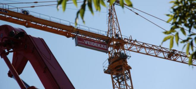 Veidekke-skyltad byggkran. Foto: Veidekke