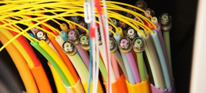 Fiberkablar i kopplingsskåp. Foto: Relacom