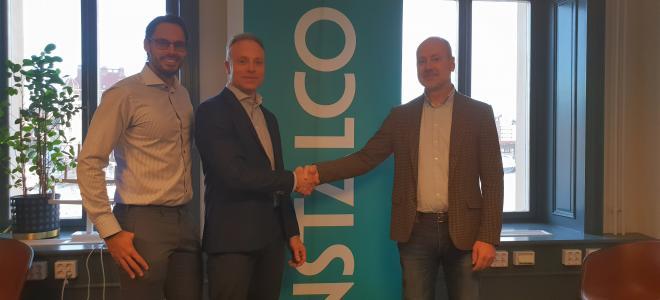 Instalcos Klas Larsson (mitten) och Robin Boheman (tv) gör klart Aquadusaffären på huvudkontoret i Stockholm med säljaren Johan Gustafsson. Foto: Instalco