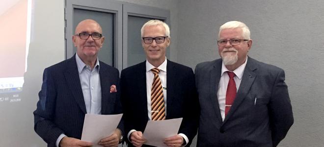 Treklöverns kontraktsskrivning med polska Tuclon den 29 november 2016. Från vänster Jacek Tuliszka (Tulcon), Ulf Bengtsson (vd Treklövern) och Rune Persson (ordförande Treklövern). Foto: SABO