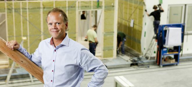 Lindbäcks Byggs vd Stefan Lindbäck i bolagets fabrik. Foto: Lindbäcks Bygg