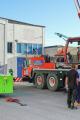 Platschefen Pär Jörgensen, som lite humoristiskt också kan kallas plastchef, övervakar tillsammans med produktonspersonal inlyftet av två nya maskiner på 21 ton vardera vid fabriken i Ystad den 5 oktober. Foto: BLS Industries