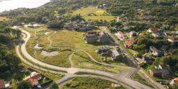 Flygvy över platsen där bostadsrättsföreningen Amundö Äng skapas. Foto: Flodéns