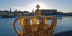 Gyllene krona på bron över till Skeppsholmen i Stockholm. Foto: Colourbox