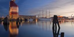 """Göteborgsvy med bland annat välkända kontorhuset med folkmunsnamnet """"Läppstiftet"""" och hotellfartyget Barken Viking. Foto: Colourbox"""